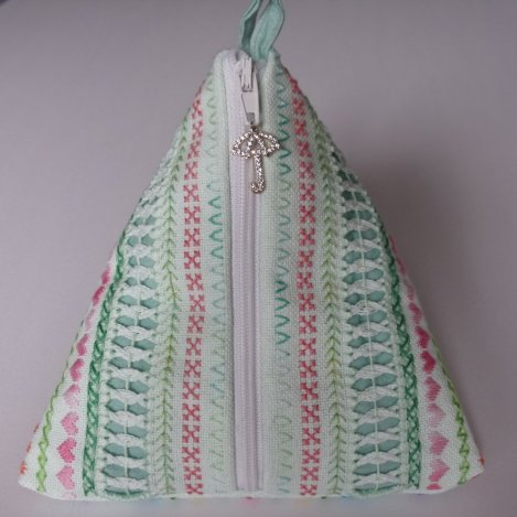 pyramidal cloth bag with zipper